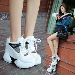 [มี2สี] รอเท้าผ้าใบพื้นหนา ผสมหนัง pu มัฟฟินตาข่าย ผูกเชือก เสริมส้นสูงด้านในสไตล์เกาหลี