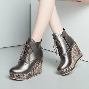 [มี2สี] รองเท้าส้นตึก แฟชั่นหนังแท้ผสมหนังpu หุ้มข้อ พื้นรองเท้าทรงสาน ร้อยเชือกด้านหน้า ซิปด้านใน ส้นสูง 4 นิ้ว (มีรุ่นธรรมด้า และรุ่นกำมะหยี่)