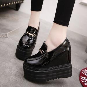 [มี2สี] รองเท้าแพลตฟอร์ม รุ่นไม่หุ้มข้อ แฟชั่นหนัง pu แต่งอะไหล่สีเงินด้านหน้า เสริมส้นสูงด้านในสไตล์เกาหลี ส้นสูง 5.5 นิ้ว รวมด้านใน