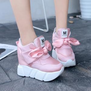 [มี2สี] รองเท้าผ้าใบเสริมส้น วัสดุผ้าซาติน ปักลายตัว M ด้านหน้าผูกเป็นโบว์น่ารัก แฟชั่นเกาหลี ส้นสูง 4 นิ้ว