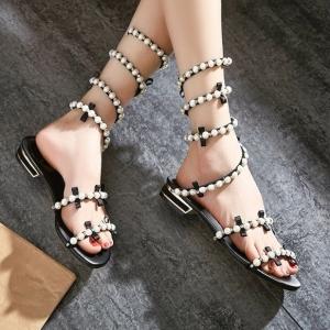 รองเท้าแตะส้นแบน วัสดุหนังไมโครไฟเบอร์ แต่งโบว์ แต่งอะไหล่มุกสีขาว พันรอบขา แฟชั่นสไตล์โรมัน