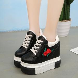 [มีหลายสี] รองเท้าผ้าใบแฟชั่นหนัง pu ผูกเชือก แต่งลายดาวระบายอากาศ ปักดอกกุหลาบ พื้นหนา เสริมส้นสูงด้านในสไตล์เกาหลี ส้นสูง 5 นิ้ว (รวมด้านใน)