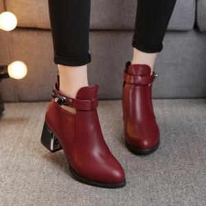 [พร้อมส่ง] รองเท้าบูทสั้นผู้หญิงมาร์ติน หนังpu สีแดงเลือดนก แต่งหัวเข็มขัดด้านบน ทรงหุ้มข้อ ซิปหลัง สวยสไตล์อังกฤษย้อนยุค ส้นสูง 2.5 นิ้ว