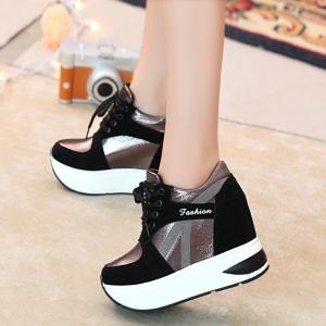 [มี2สี] รองเท้าผ้าใบเสริมส้นสไตล์เกาหลี หนังpu หนังเงา ผูกเชือก สวย ทรงสปอร์ต ส้นสูง 4 นิ้ว
