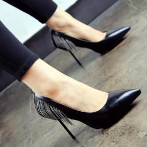 [มี2สี] รองเท้าหัวแหลม ส้นสูง แฟชั่นหนัง pu สีพื้น แต่งพู่โลหะด้านหลัง สไตล์สาวเปรี้ยว ส้นสูง 3 นิ้ว