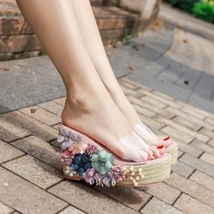 รองเท้าส้นเตารีด ทรงสวม หน้าคาดพลาสติกใส ส้นเป็นงานถักปอ ประดับมุก+ดอกไม้ สวยสไตล์โบฮีเมียน ส้นสูง 4 นิ้ว