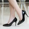รองเท้าคัทชูหน้าวีแต่งอะไหล่ (สีดำ)