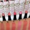 **พร้อมส่ง**Mille Perfect Rosy Lipstick ลิปสติกที่ช่วยมอบสีสวยให้เด่นชัด ฉ่ำวาว ติดทนนานตลอดทั้งวัน มอบความเรียบเนียน และฟื้นฟูผิวให้นุ่มนวลชุ่มชื้นตามธรรมชาติ ด้วยสารบำรุงจากวิตามินB และกุหลาบ โดดเด่นด้วยการดีไซน์ลิปสติกแบบ CONCAVE SHAPE ที่กำลังมาแรงในท
