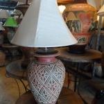 โคมไฟตั้งโต๊ะ โคมไฟดินเผาด่านเกวียน ทำจากแจกันดินเผาด่านเกวียน แกะลายดอกพิกุลสีโคลนน้ำตาล