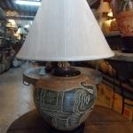 โคมไฟตั้งโต๊ะ ทำจากแจกันดินเผาด่านเกวียน แกะลายช้าง สีโคลนน้ำตาล