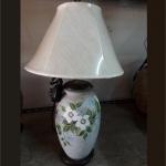 โคมไฟตั้งโต๊ะ ทำจากแจกันดินเผาด่านเกวียน เพ้นท์สีน้ำลายดอกไม้หวาน ๆ