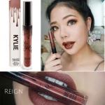 *พร้อมส่ง*Kylie Metal Matte Lipstick - Reign ขนาด 3.00 ml. ลิปแมทท์เมทัลตัวใหม่ล่าสุดจากไคลี่ สีสวย เม็ดสีแน่น สีจะเป็นเหลือบทองๆ ดูหรูหรา ดู Luxury สุดๆ ลิปตัวนี้พิเศษตรงที่เนื้อลิปแมทแต่ไม่แห้งนะคะ เนื้อสีเข้มข้น มีความวาวาเหลือบสวยกำลังดี ดูดี หรูหรา แ