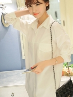 เสื้อเชิ้ตสีขาว ตัวยาว แขนยาว คอปก กระดุมหน้า ทรงหลวม ใส่สบายๆ