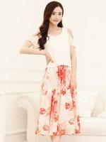 ชุดเดรสยาวสีแดง เสื้อสีขาว แขนสั้น คอกลม เย็บมุกตรงไหล่ กระโปรงลายดอกไม้ สวยหวาน