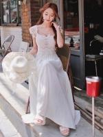 ชุดเดรสยาวสีขาว ตัวเสื้อเย็บผ้าลูกไม้ แขนสั้น คอกลม เอวเข้ารูป สวยหรู ดูดี