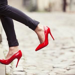 """""""ผู้หญิง"""" กับการใส่รองเท้าส้นสูง"""