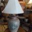 โคมไฟตั้งโต๊ะ โคมไฟดินเผาด่านเกวียน ทำจากแจกันดินเผาด่านเกวียน แกะลายปลาโทนสีโคลนน้ำตาล thumbnail 1