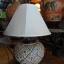 โคมไฟตั้งโต๊ะ ทำจากแจกันดินเผาด่านเกวียน แกะลายดอกพิกุล สีโคลนน้ำตาล thumbnail 1