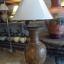 โคมไฟตั้งโต๊ะ โคมไฟดินเผาด่านเกวียน ทำจากแจกันดินเผาด่านเกวียน แกะลายผีเสื้อสีน้ำตาล thumbnail 2