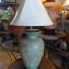 โคมไฟตั้งโต๊ะ โคมไฟดินเผาด่านเกวียน ทำจากแจกันดินเผาด่านเกวียน แกะลายใบไม้สีโคลนเขียว thumbnail 1