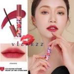 (# Twin Rose) 3CE x Maison Kitsune Velvet Lip Tint # Twin Rose ลิควิดลิปให้ความรู้สึกเบา ไม่หนักปาก แต่ให้ลุคเป็นเนื้อแมตต์ เรียบเนียนดุจกำมะหยี่ และติดทนทั้งวัน