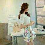 พร้อมส่ง fashion import dress เกาหลี สไตล์เซเลป งานป้ายนำเข้า สวยหรูตามแบบเป๊ะค่ะ เดรสไตล์เกาหลี ชุดต่อ เสื้อผ้ายืดเนื้อทรายสีขาวกระโปรงทรงบาร์บี้ ผ้าไหมเกาหลีลายน้ำหอม มีซับในอย่างดี และมีซิบข้างซ่อนข้างใน เหมือนแบบค่ะ