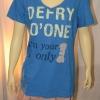 DEFRY01 เสื้อยืดคอวี สีฟ้าลายตัวอักษร I'm your and only