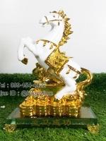 ของขวัญปีใหม่ให้ลูกค้า ม้าขาวฐานแก้วบนกองทองคำ