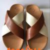 รองเท้า fitflop สวมกากบาททูโทนสีน้ำตาล-ขาวราคา550บาท