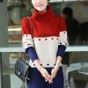 เสื้อผ้าแฟชั่นนำเข้า : เสื้อกันหนาวไหมพรม พร้อมส่ง คอเต่า แต่งลายสีแดงสลับสีครีม สลับสีน้ำเงิน น่ารักๆ สินค้ามาใหม่สไตล์เกาหลี