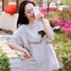Chill Softly Gray Blouse Flower Lace Shoulder Bow Tie By Seoul Secret  Material : เนื้อผ้ายืดคอตตอนอย่างดี เก๋ๆ ด้วยทรงเสื้อทรงปล่อย ช่วงแขนเสื้อมีดีเทลเก๋ๆ เย็บต่อด้วยผ้าลูกไม้ทอลายดอกไม้ สวยมากคะ น่าใส่มากๆ เติมความสวยด้วยเชือกแยกไว้สำ หรับผูกโบว์ที่ช่ว