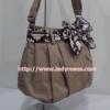 กระเป๋าสะพาย นารายา ผ้าคอตตอน นาโน สีโกโก้ ผูกโบว์ สีน้ำตาลเข้ม ลายดอกไม้ ด้านข้าง (กระเป๋านารายา กระเป๋าผ้า NaRaYa กระเป๋าแฟชั่น)