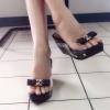 รองเท้าพร้อมส่ง ด้านหน้าสวมเปิดหน้า ซิลิโคนใส ไม่บาดเท้า ประดับด้วยโบว์ติดด้วยโลหะทอง ส้นเตารีดหุ้มด้วยหนังสีดำ