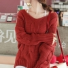 เสื้อกันหนาวแฟชั่นนำเข้า : เสื้อกันหนาว เสื้อไหมพรม พร้อมส่ง สีแดง ตัวเสื้อเล่นลาย ทำให้เสื้อดูเก๋มาก เหมาะสำหรับสาวๆใส่ต้อนรับลมหนาว