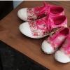 รองเท้าผ้าใบสีชมพูลายดอกไม้ผูกเชือก