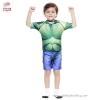 ( สำหรับเด็กอายุ 6เดือน-14 ปี ) Swimsuit for Boys ชุดว่ายน้ำเด็กผู้ชาย Super Hero - The Avengers - The Hulk ยักษ์เขียว มาพร้อมกับเสื้อแขนสั้นสีเขียวสกรีนลายชุด The Hulk กางเกงขาสั้นสีน้ำเงิน ชุดเสมือนจริง มาพร้อมหมวกว่ายน้ำและถุงผ้า สุดเท่ห์ ใส่สบาย ลิขสิ