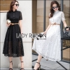 Lady Ribbon's Made Lady Leslie Modern Feminine Lace Shirt Maxi Dress เชิ้ตเดรสยาวผ้าลูกไม้สไตล์โมเดิร์นเฟมินีน ลุคนี้เป็นสาวหวานแบบโใเดิร์นหน่อยค่ะ ด้วยทรงชุดทำให้ดูทันสมัยมากขึ้น เป็นเชิ้ตติดกระดุมครึ่งตัว ตัวกระดุมเป็นคริสตัลสีใส ที่เอวมาพร้อมเข็มข