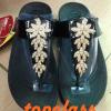 รองเท้า fitflop ดอกไม้เรียง4ดอกประดับเพชรสีดำ ราคา 530 บาท