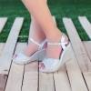 หากคุณกำลังหารองเท้าสไตล์พรอม บอลล์หรือรองเท้าประดับคริสตัลดูดี สะดุดตา เจิดจรัสอยู่ละก็ ส้นเตารีดทรง V Shape ดีไซน์ทันสมัย โชว์เล็บเท้าคู่นี้ดูจะเป็นทางเลือกที่ดีนะคะ จุดเด่น ดีไซน์ทันสมัย ทรง V Shape ทำให้เก็บหน้าเท้าดี เท้าเรียว เก๋ไก๋ ด้านหลังเป็น Ank