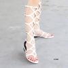 ผ่านไปหยกๆกับสัปดาห์สุดท้ายของ Fashion Week The catwalks หลายๆแบรนด์พร้อมใจกันออกแบบแฟชั่นแนว 70's มิกซ์แอนด์แมตซ์ด้วยรองเท้าแกลดิเอเตอร์สูง ส้นแบน โอ้ว! กลับมาอีกครั้งไวจริงๆนะ รองเท้าที่ให้คุณได้ลุค Retro แสนเซ็กซี่และเร้าใจ Trend Alert for Spring!