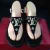 รองเท้า fitflop ลาย LV สีดำ ราคา 730 บาท