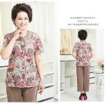 Pre-Order เสื้อผ้าผู้ใหญ่อายุ 60 up เสื้อแขนสั้นลายดอกไม้ คอกลม ติดกระดุมหน้า มีกระเป๋าสองข้าง สีฟ้า กางเกงเอวยืดสีแดง