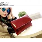 Pre-Order กระเป๋าคลัทช์แบบพับครึ่ง สีแดงเข้ม ผิวมันเป็นเง กระเป๋าแฟชั่นผู้หญิง เปลี่ยนเป็นกระเป๋าถือออกงานหรูได้ หรือใช้เป็นกระเป๋าสะพายไหล่ได้