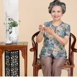 Pre-Order เสื้อผ้าผู้หญิง อายุ 60 up ผ้าพิมพ์ลายสีฟ้า แขนสั้น คอกลมแต่งระบายที่คอ กระดุมหน้า กางเกงเอวยางยืด