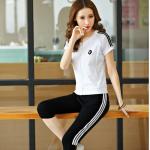 Pre-Order ชุดออกกำลังกายแฟชั่น ชุดออกกำลังกายผู้หญิง ชุดลำลอง สไตล์สาวคล่อง เสื้อแขนสั้นสีขาวและกางเกงขาสามส่วนสีดำ