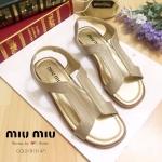 รองเท้า STYLE miumiu ด้านหน้าทำจากหนังแมทกับพลาสติกใสนิ่ม พื้นตีแบรนด์