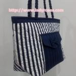 กระเป๋าสะพาย นารายา ผ้าคอตตอน ลายทาง น้ำเงิน-ขาว มีกระเป๋าหน้า ติดโบว์เล็กๆ น่ารัก สายหิ้ว หูเปีย (กระเป๋านารายา กระเป๋าผ้า NaRaYa กระเป๋าแฟชั่น)