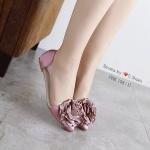 รองเท้าคัชชู ทำจากผ้าซาติน ประดับดอกไม้น่ารักมาก