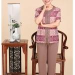 Pre-Order เสื้อผ้าผู้หญิง อายุ 60 up ผ้าพิมพ์ลายสีไวน์แดง แขนสั้น คอกลม กระดุมหน้า กางเกงเอวยางยืด