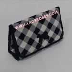 กระเป๋าเครื่องสำอางค์ นารายา ผ้าคอตตอน ลายสก็อต สีดำ สลับขาว มีกระจกในตัว Size L (กระเป๋านารายา กระเป๋าผ้า NaRaYa)